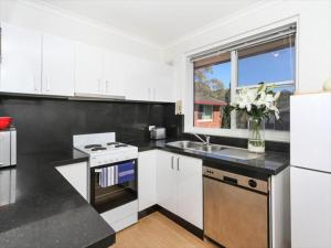 A kitchen or kitchenette at Two Bedroom Apartment Botanic Road(BOT01)