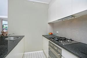 A kitchen or kitchenette at Two Bedroom Apartment Napier Street II(AX301)