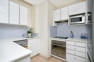 A kitchen or kitchenette at Two Bedroom Apartment Bridge Street(CL405)