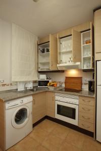 Una cocina o zona de cocina en Apartamentos Turisticos Aguilas de los Collados