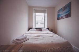 A bed or beds in a room at Contemporary open plan two bedroom