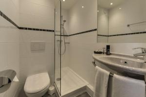 A bathroom at Relais du Pré