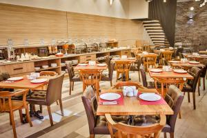 A restaurant or other place to eat at Ameri Plaza Tbilisi