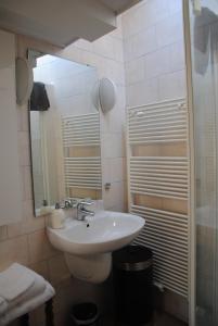 Een badkamer bij Bed & Breakfast Adrichem en Scherpenseel