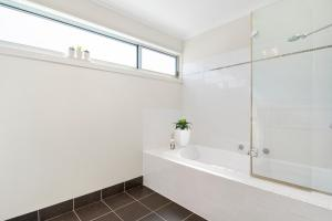 A bathroom at Bask at The Glade - Town 400m, WiFi, Linen, 3 bdrm,