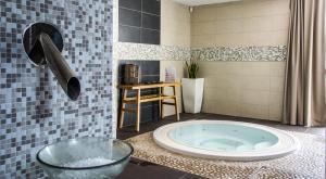 A bathroom at Domaine la Charpinière, The Originals Collection