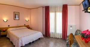 A bed or beds in a room at Hotel Les Saisons