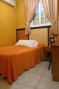 A bed or beds in a room at Hostal Don Juan I