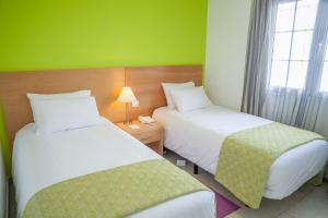 Een bed of bedden in een kamer bij Jardines del Sol By Diamond Resorts