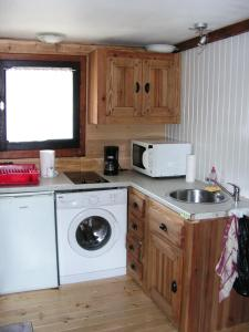 A kitchen or kitchenette at Chalet L'ourson