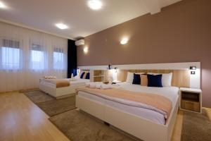 A bed or beds in a room at Airport Hotel Garni