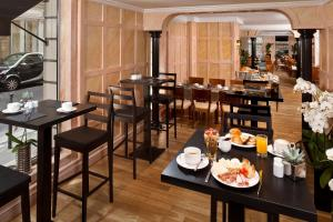 A restaurant or other place to eat at Melia Paris Vendome