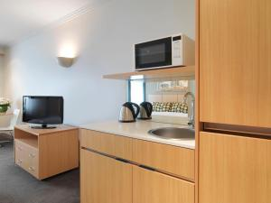 A kitchen or kitchenette at Travelodge Hotel Melbourne Southbank