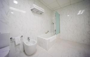 A bathroom at Mercure Carlton Rioja