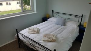 A bed or beds in a room at No Widemouth Bay Holiday Village