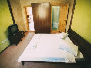 A bed or beds in a room at Hotel Oberig