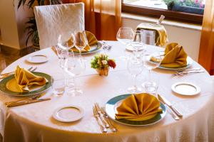 A restaurant or other place to eat at Hotel Riva Del Sole