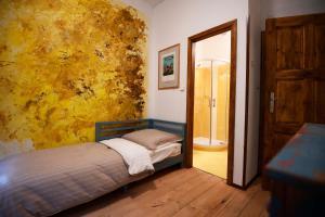 Un pat sau paturi într-o cameră la Giotto Apartments