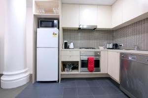 A kitchen or kitchenette at Melbourne City Chic - Degraves Lane, Parking, Lift