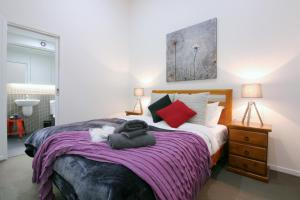 A bed or beds in a room at Melbourne City Chic - Degraves Lane, Parking, Lift