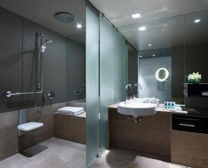 A bathroom at Sofitel Munich Bayerpost