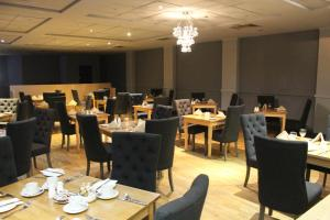 A restaurant or other place to eat at Mercure Chester North Woodhey House Hotel