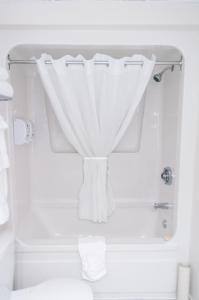 A bathroom at Hôtel Le Floral