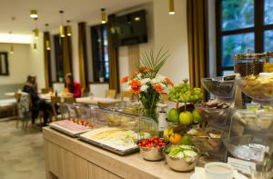 A restaurant or other place to eat at Garni hotel Castle Bridge