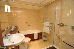 A bathroom at Expanse Hotel