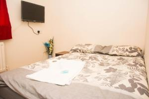 A bed or beds in a room at SWEET GUEST HOUSE CHATHAM