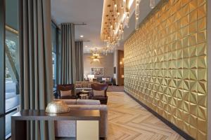 A seating area at H Hotel Los Angeles, Curio Collection By Hilton