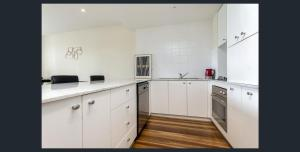 A kitchen or kitchenette at Waterfront (Yarra St) by Gold Star Stays