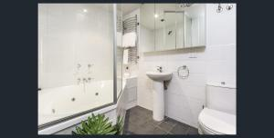 A bathroom at Waterfront (Yarra St) by Gold Star Stays