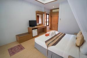 A bed or beds in a room at Tonsai Bay Resort