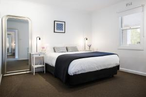 A bed or beds in a room at Lake Daylesford Apartment 6