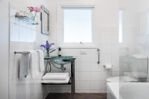 A bathroom at Lake Daylesford Apartment 6