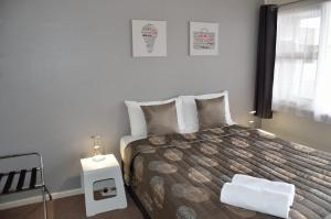 A bed or beds in a room at 105 On The Park