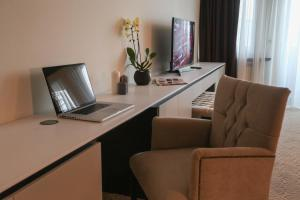 Un televizor și/sau centru de divertisment la Hotel Orhideea