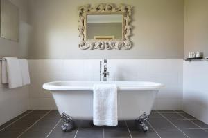A bathroom at Bowhill Bed and Breakfast