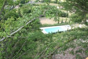 Vue sur la piscine de l'établissement Les Cabanes en Provence ou sur une piscine à proximité