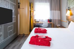 A bed or beds in a room at ibis De Haan