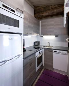 Ett kök eller pentry på Holiday Club Pyhäniemi Cottages