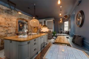 A kitchen or kitchenette at The Baxter Hostel