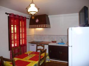A kitchen or kitchenette at Le coin tranquille