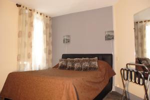 A bed or beds in a room at Taverne de la paix
