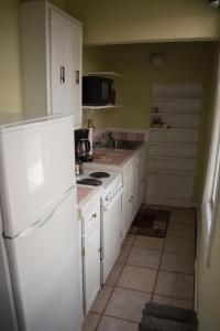 A kitchen or kitchenette at La Plaza Historic Hotel & Restaurant
