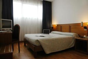 A bed or beds in a room at Hotel Cavallino