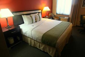 A bed or beds in a room at Holiday Inn LaGuardia Airport at Citifield / Flushing