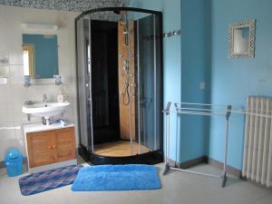 A bathroom at Gîte Brocéliande