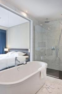 Een badkamer bij Blue Woods Hotel
